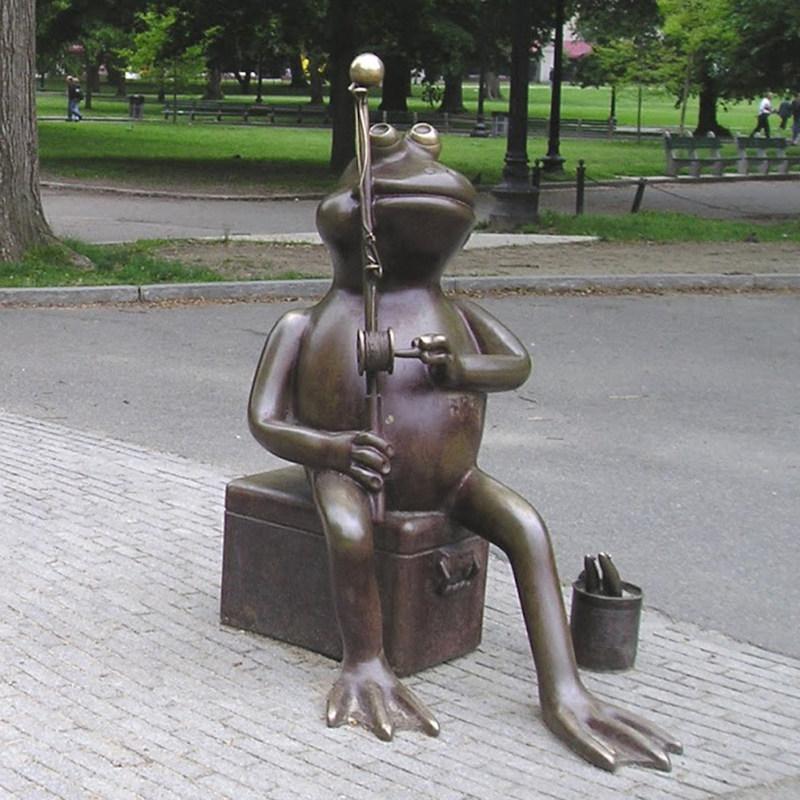 A sculpture of a park frog playing erhu
