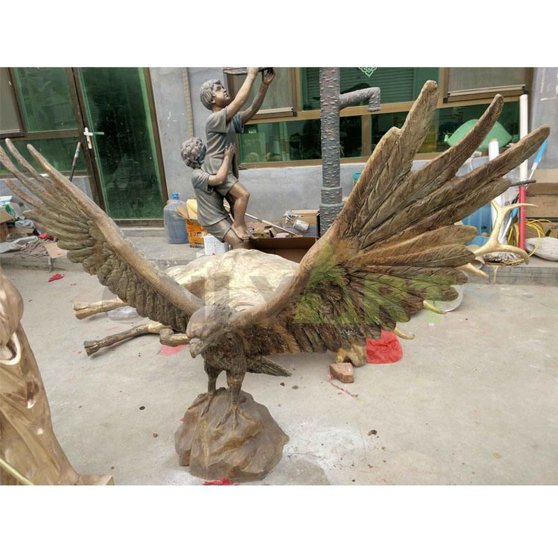 Casting carving large flying eagle catching fish statue bronze hawk sculpture