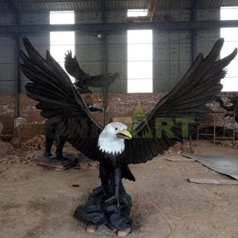 Custom outdoor domineering bronze eagle hand sculpture