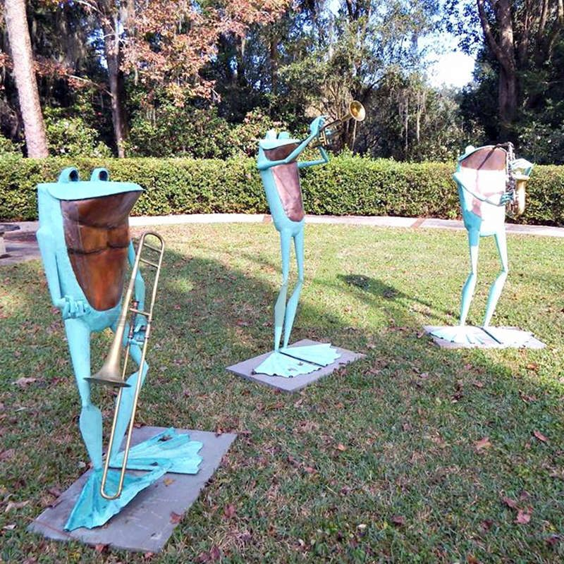 Decorate the garden with bronze sculptures of three frogs singing